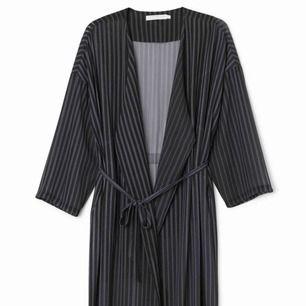 Kimono från Weekday med fickor i sidorna och skärp. I mycket fint skick.