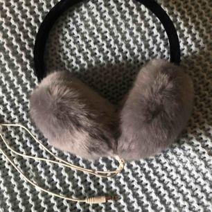 Öronmuffar i nyskick med inbyggda hörlurar! Säljer pga inte kommit till andväning❤️köparen står för frakt!