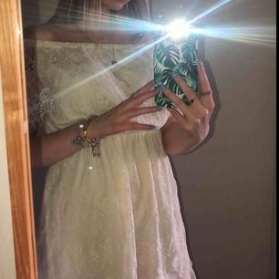 Jättefin krämvit klänning från Nelly som passar jättebra till skolavslutning/studenten! Två små fläckar på undertyget men är ingenting som syns💕 Köparen står för frakten