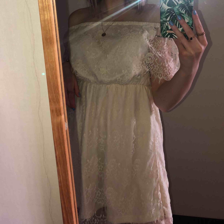 Jättefin krämvit klänning från Nelly som passar jättebra till skolavslutning/studenten! Två små fläckar på undertyget men är ingenting som syns💕 Köparen står för frakten. Klänningar.