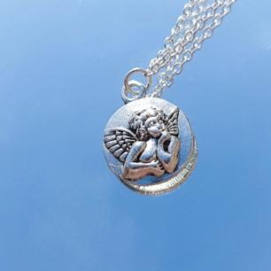 Världens finaste halsband med en skyddsängel. Frakt ingår i priset vid snabb affär, annars 18 kr ❣