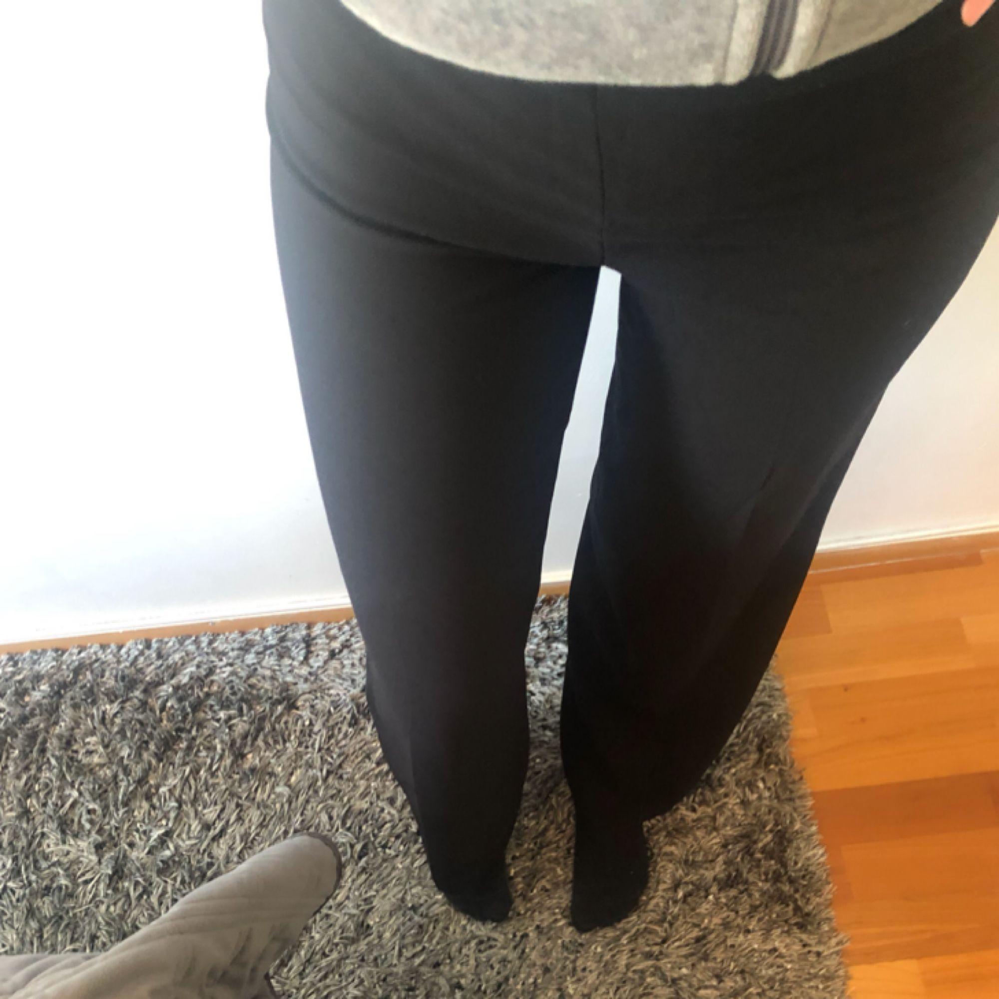 Byxorna passar även för dom som har storlek S💕. Jeans & Byxor.