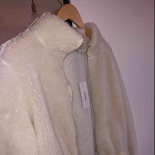 Helt ny teddyjacket i vit päls, jättefin och bra passform. Till en XS (som jag har) blir det lite oversize och jättefint. Den har etikett och allt kvar.