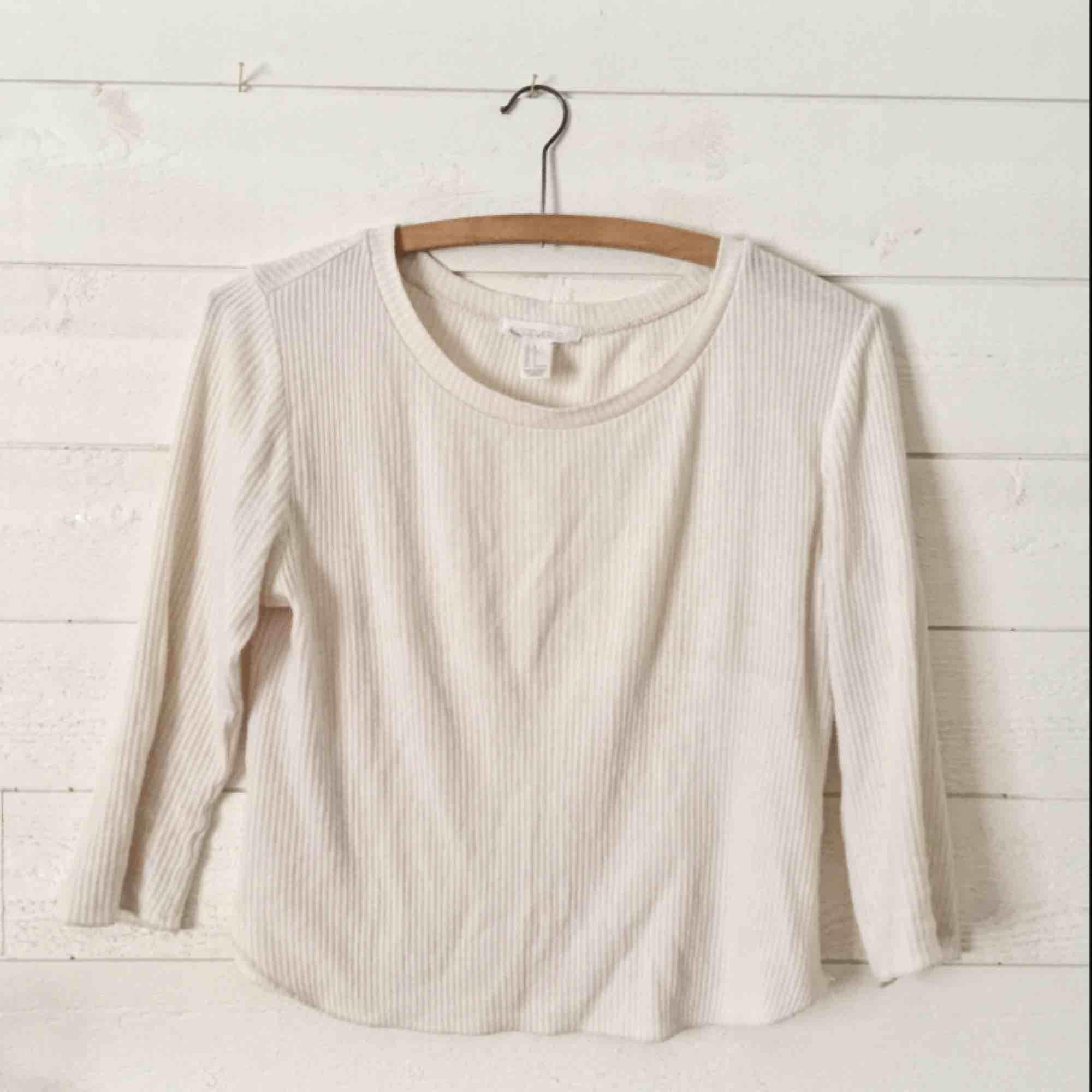 Vit 3/4 tröja från Forever 21. Tunt tyg som passar perfekt för varma dagar. . Toppar.