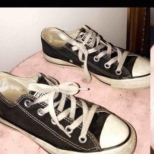 Köpte dessa skor på plick själv för en vecka sen men dom var för små för mig. Skulle nu vilja skicka vidare dom till någon annan som kan glädjas av dom. Den amerikanska storleken på dessa är 4.5. 🖤 Skorna är snyggt slitna och fräscha.
