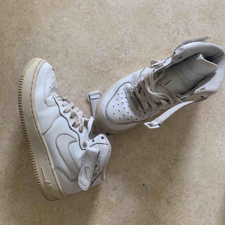 Säljer mina kära AF1 höga! Hyfsat bra skick med lite slitage på några enstaka ställen, men de är både rengjorda och om så önskas kan jag tvätta skosnörena innan de fraktas iväg! Jag bjuder på halva frakten. Lägre pris vid snabb affär.. Skor.