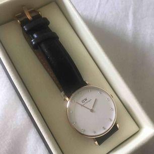 Äkta Daniel Wellington klick i toppen skick! Nypris på denna klocka är 1200kr och säljer för 350kr diamanter på uret och läderrem💓