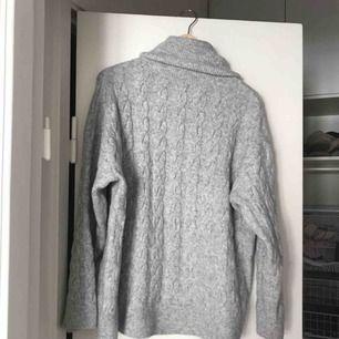 Mysig grå stockad tröja från Hm. I fint skick trots välanvänd 🤗