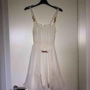 Jag säljer min fina Ida Sjöstedt klänning som jag använt EN gång! Är precis som ny. Storlek S! Nypris var 1599:-