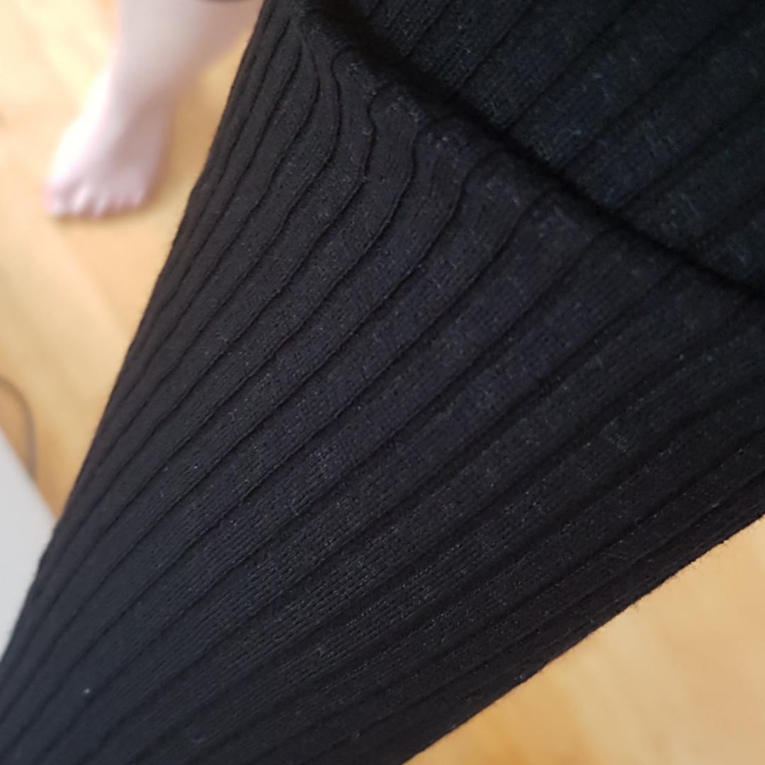 En lång svart klänning som är ribbad Sitter tajt mot kroppen men är väldigt stretchig Frakt ingår i priset . Klänningar.