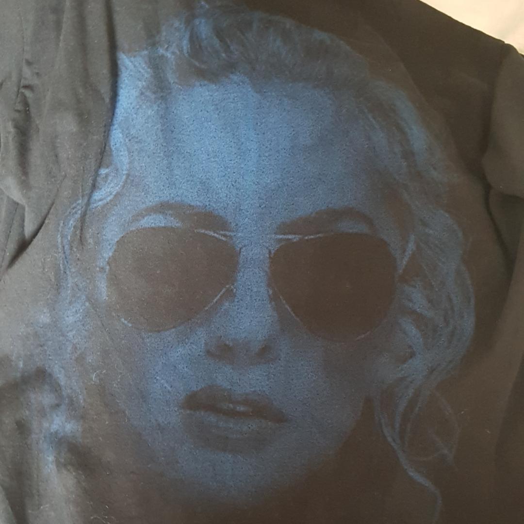En långärmad tröja med Lady Gaga  Köpt i London på Urban outfitters  Står Joanne på bröstet och så är det en bild på Lady Gaga på ryggen Tror även att storleken är M i herr . T-shirts.
