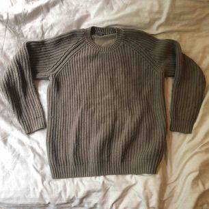 En tröja köpt begagnad. Färgen är grå. Lite nopprig. Baksidan är silke