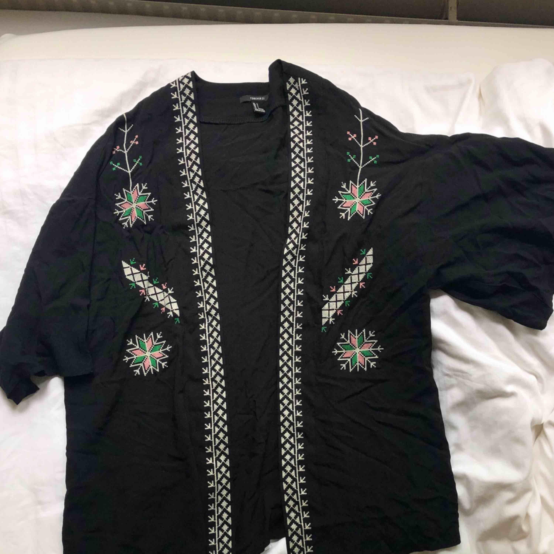 En fin kimono med fina detaljer från forever21. . Tröjor & Koftor.