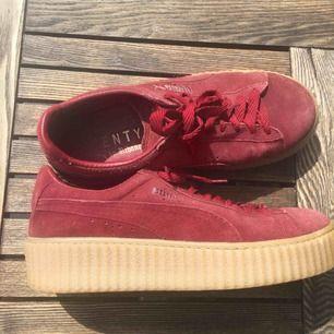 Ett par puma x Rihanna skor. Använda max 3 gånger Storlek 36 men är mer än 37 Nypris, 1200