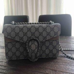 En Gucci kopia väldigt lik originalet! endast använd 2 gånger:)