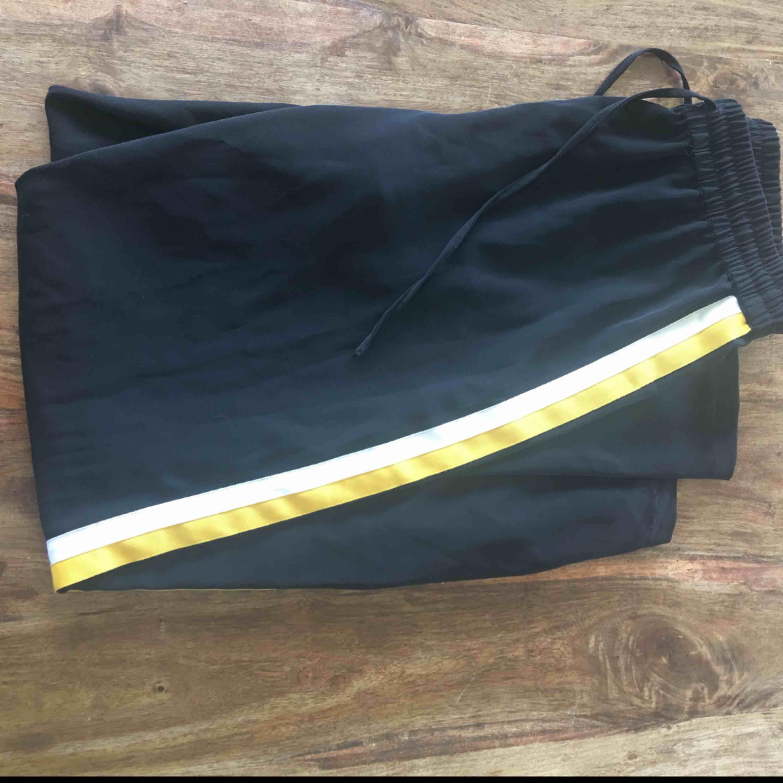 Jättefina raka kostymbyxor ifrån ginatricot  Använda max 5 gånger Passar xs/s/m beroende på hur man vill dom ska sitta Nypris 300 Byxorna har 1 vitt sträck och ett gult sträck . Jeans & Byxor.