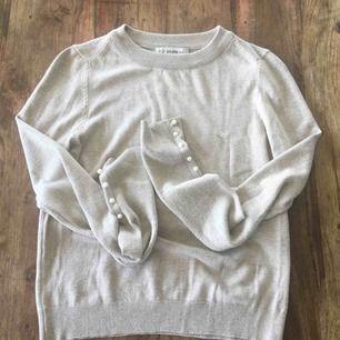 En jättefin tröja med pärlor på armarna. Köpt på chiquelle för runt 400 Passar xs,s