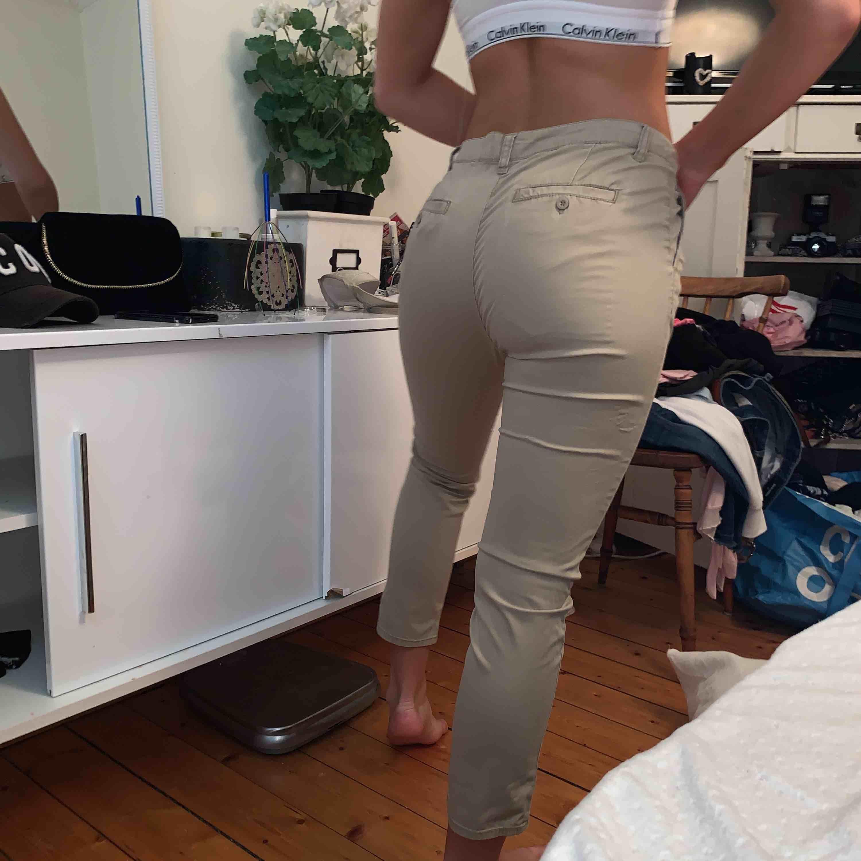 Så snygga kostym byxor i beige . Jeans & Byxor.
