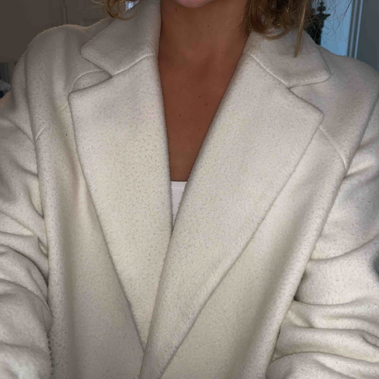 Säljer denna kappa för 200 kr plus frakt. så skön och snygg! Köpte i m för den va snygg som står. Knappen finns inte kvar. Be om bilder om ni inte förstår . Jackor.