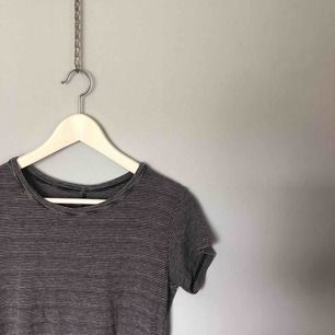 Jättemysigt randig blå/grå t-shirt från Brandy Melville. Tog bort lappen i nacken för den kliade. Använd ett par gånger men i bra skick. Köparen står för frakten!