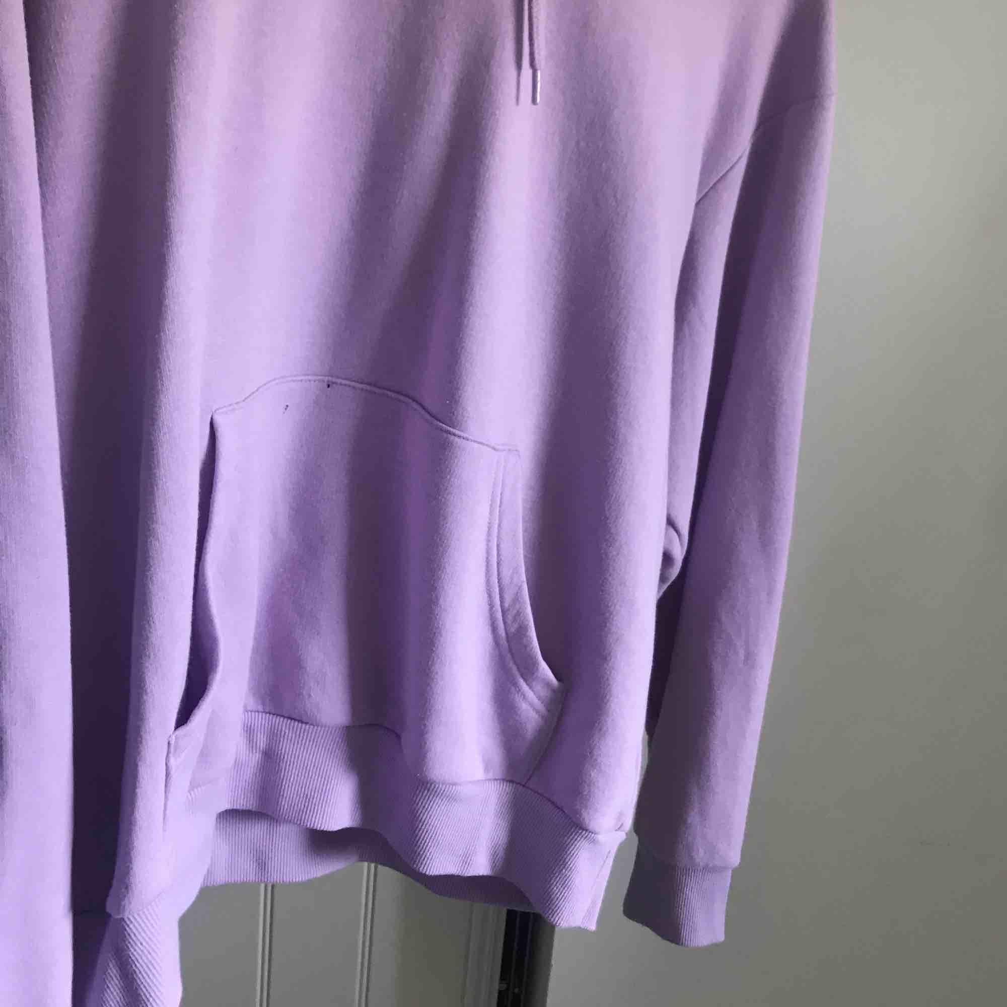 Lila hoodie från monki!. Huvtröjor & Träningströjor.