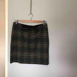 Rutig kjol från Gina Tricot! Väldigt stretchig! Färgerna är grön, gul, vit, och blå/svart. Köparen står för frakten.