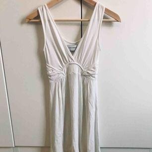 Vit klänning i bomull från Zara, stl S. Enkel men känns ändå lyxig, mjukt material. Fina detaljer. Sparsamt använd. Perfekt till studenten!
