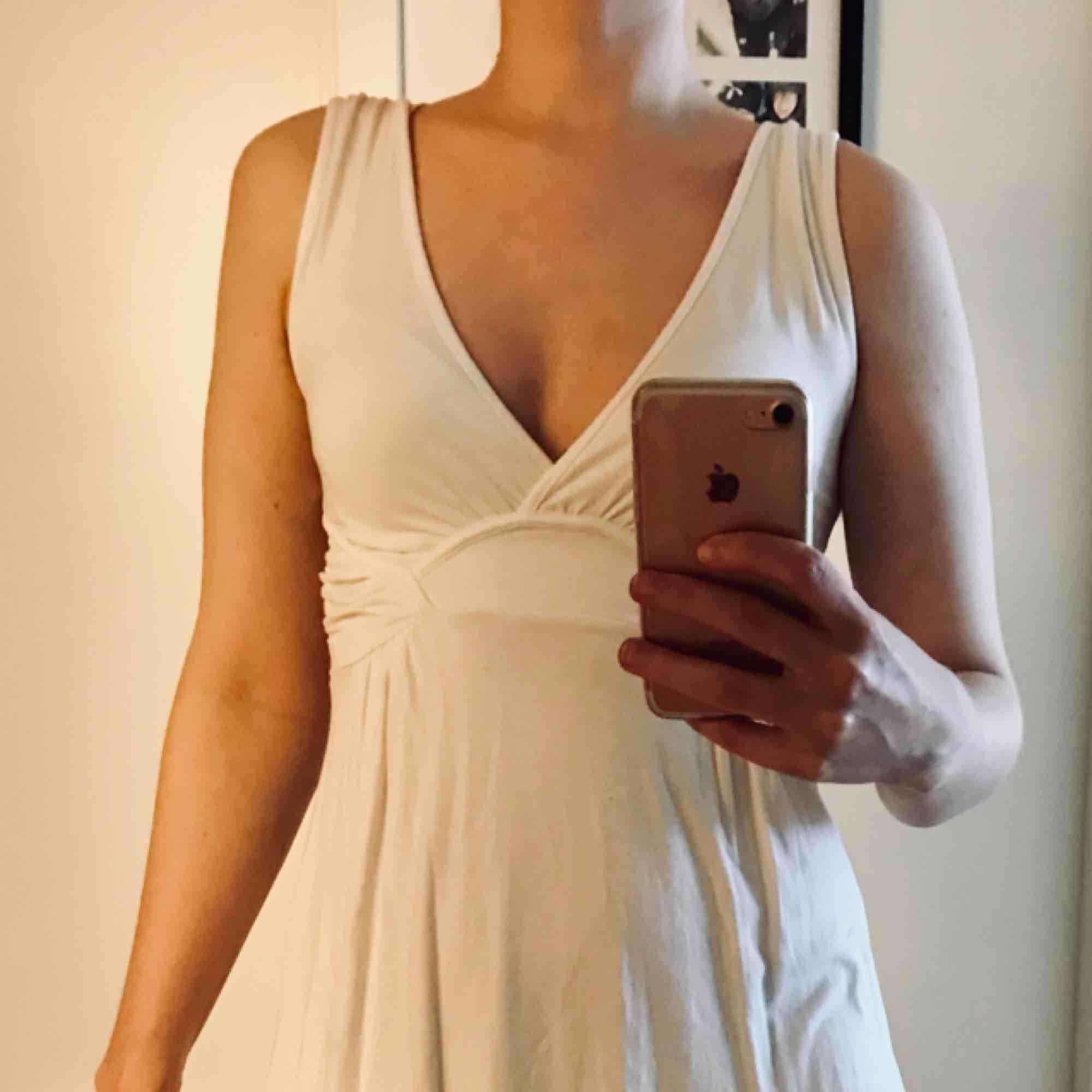 Vit klänning i bomull från Zara, stl S. Enkel men känns ändå lyxig, mjukt material. Fina detaljer. Sparsamt använd. Perfekt till studenten!. Klänningar.