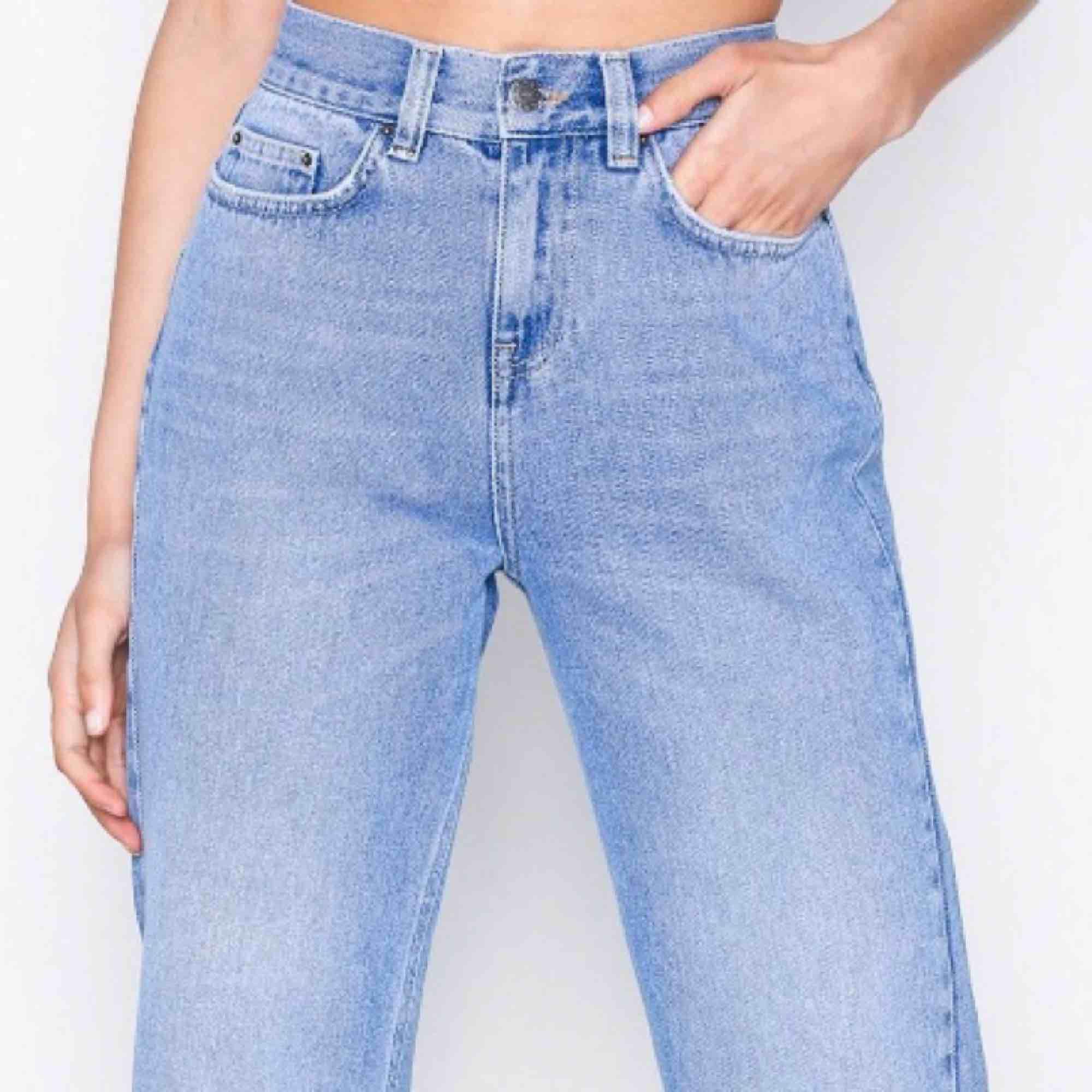 """Slutsålda jeans från Nelly. Höga i midjan, vida """"avklippta"""" i benen. Sitter SÅ bra på. Färgen är som på bilderna ifrån hemsidan! . Jeans & Byxor."""