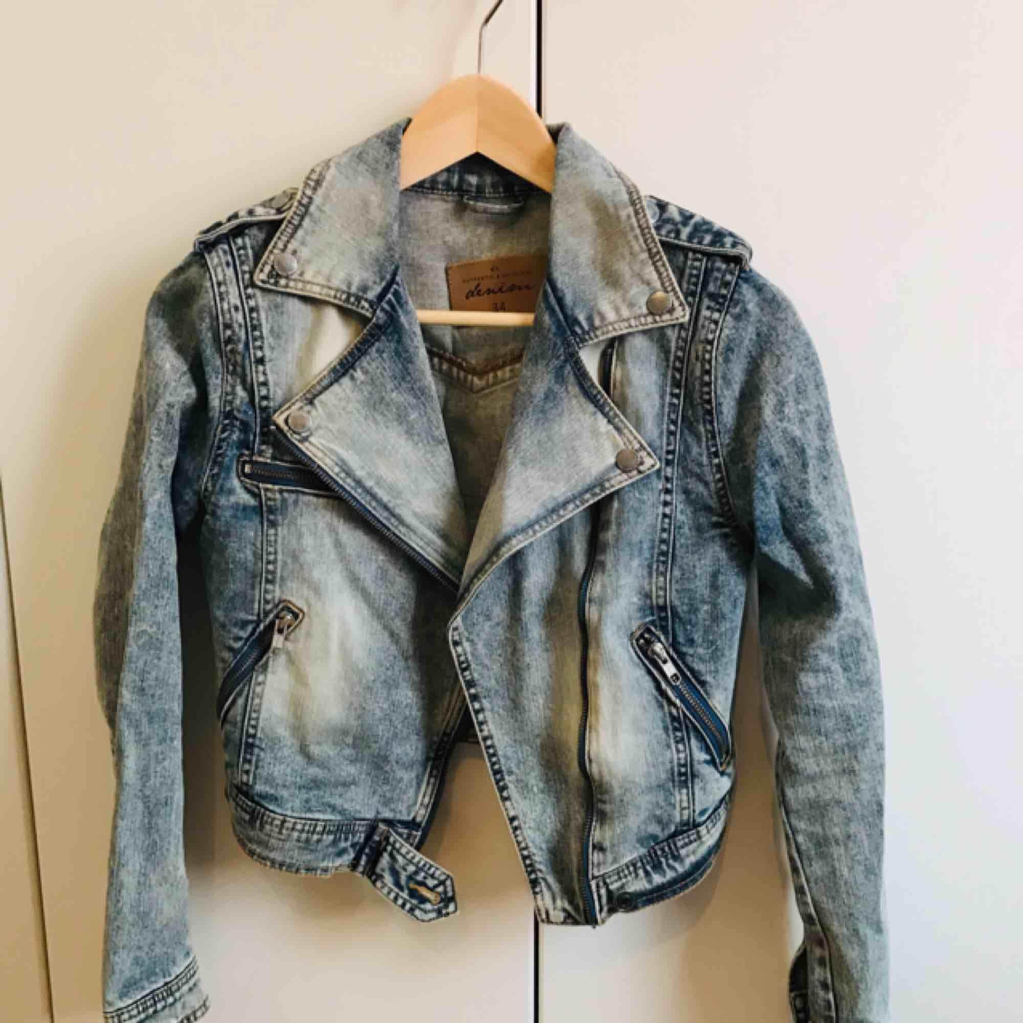 Midjekort jeansjacka från Lindex, stl 34. Riktigt snygga detaljer och sparsamt använd. . Jackor.