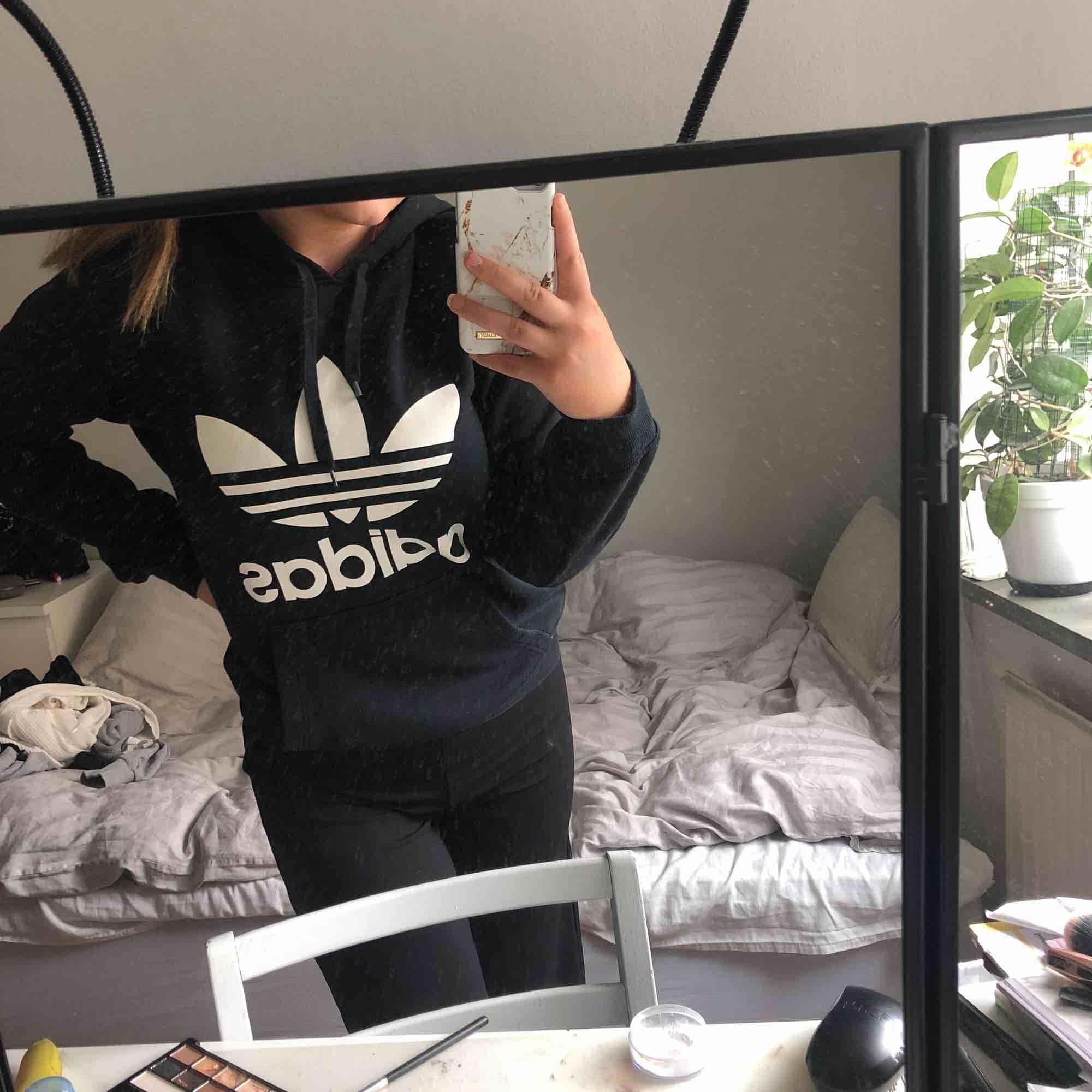 Snygg adidas hoodie! Köpt för 700 kr, äkta. Huvtröjor & Träningströjor.
