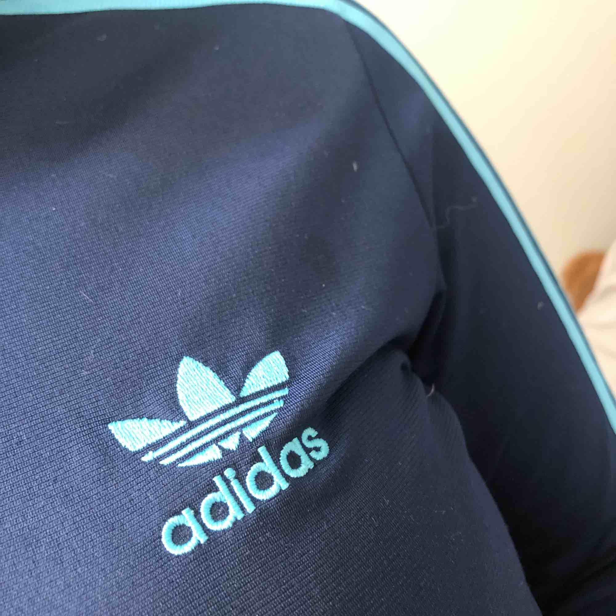 Cool äkta adidas tröja. Passar S/M men även XS beroende på hur man vill att den ska sitta. . Huvtröjor & Träningströjor.