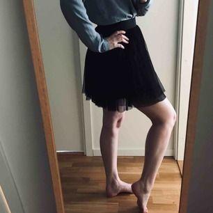 Svart balerinakjol i tylliknande material i flera lager från Gina Tricot, stl 36. Resår i midjan. Vårens drömmigaste kjol! Knappt använd.