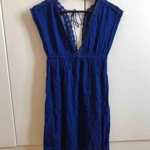 Strandklänning i fin djup blå färg från Accessorize, stl 34. Fina detaljer med snörning i ryggen. Köpt på Malta.