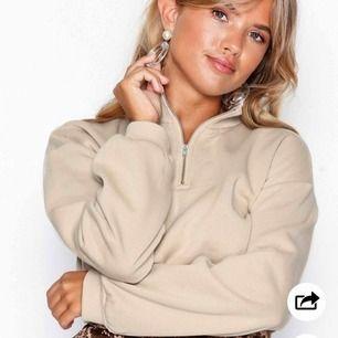 Säljer populär mysig croppad beige sweatshirt från Nelly:) säljer pga lite för kort för mig, är (171). Knappt använd. Frakt tillkommer