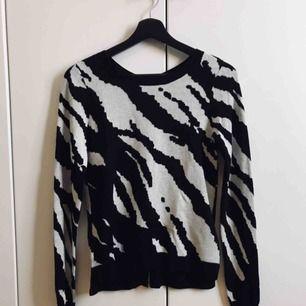Zebramönstrad tröja från H&M, stl 34. Tröjan är figurnära och har guldfärgad dragkedja i ryggen. Aldrig använd!