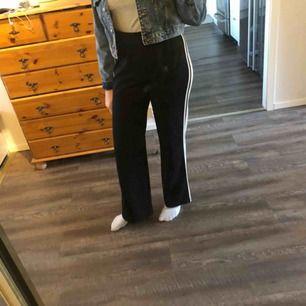 Svarta och vita byxor  Väldigt bra skick knappt använda