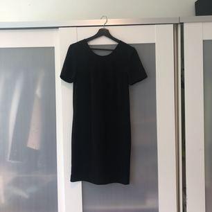 Enkel, men elegant sort kjole fra Bikbok. Næppe brugt. Perfekt til alt fra fester til begravelser.