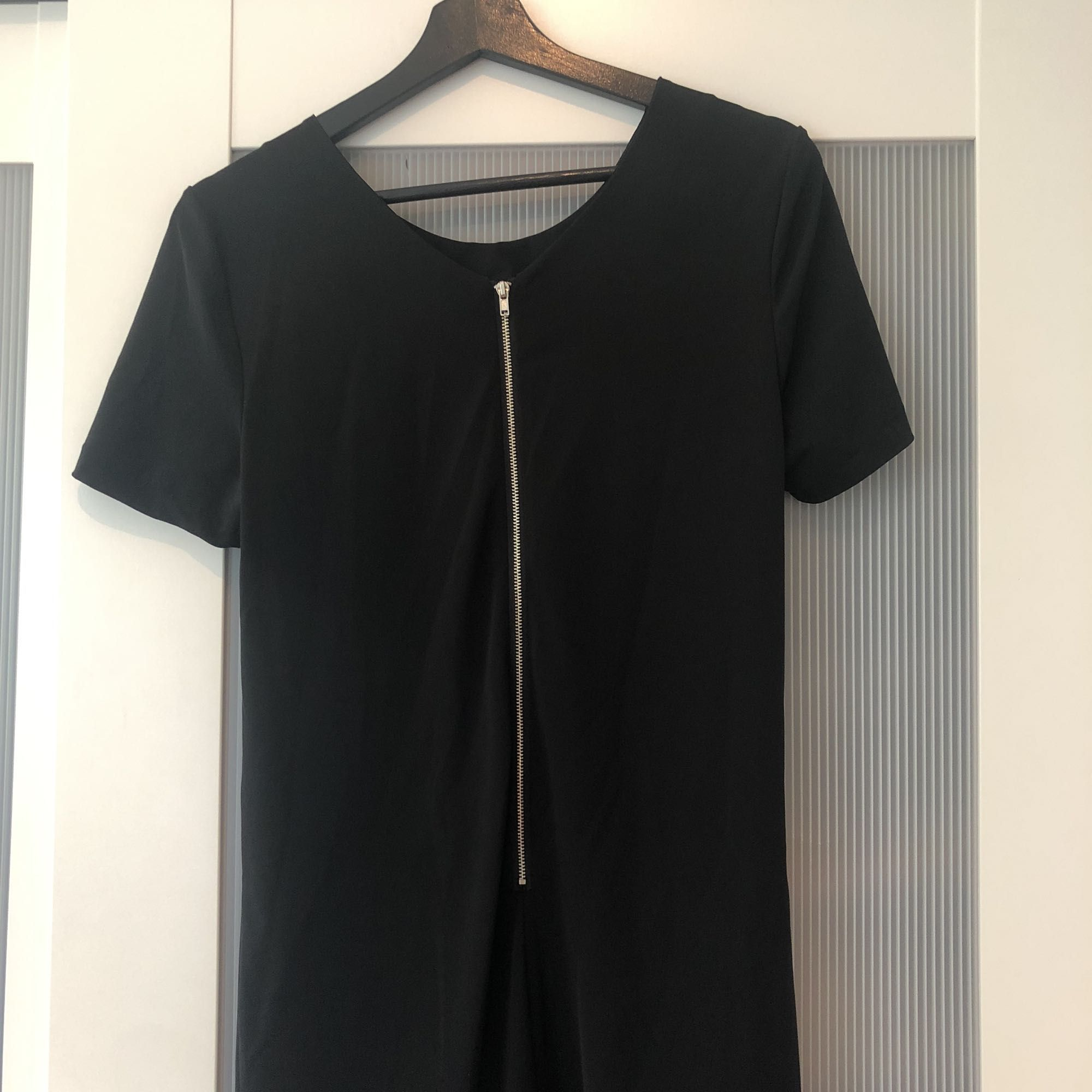 Enkel men snygg svart klänning från Bikbok. Knappt använd. Perfekt till allt från fester till begravningar.. Klänningar.