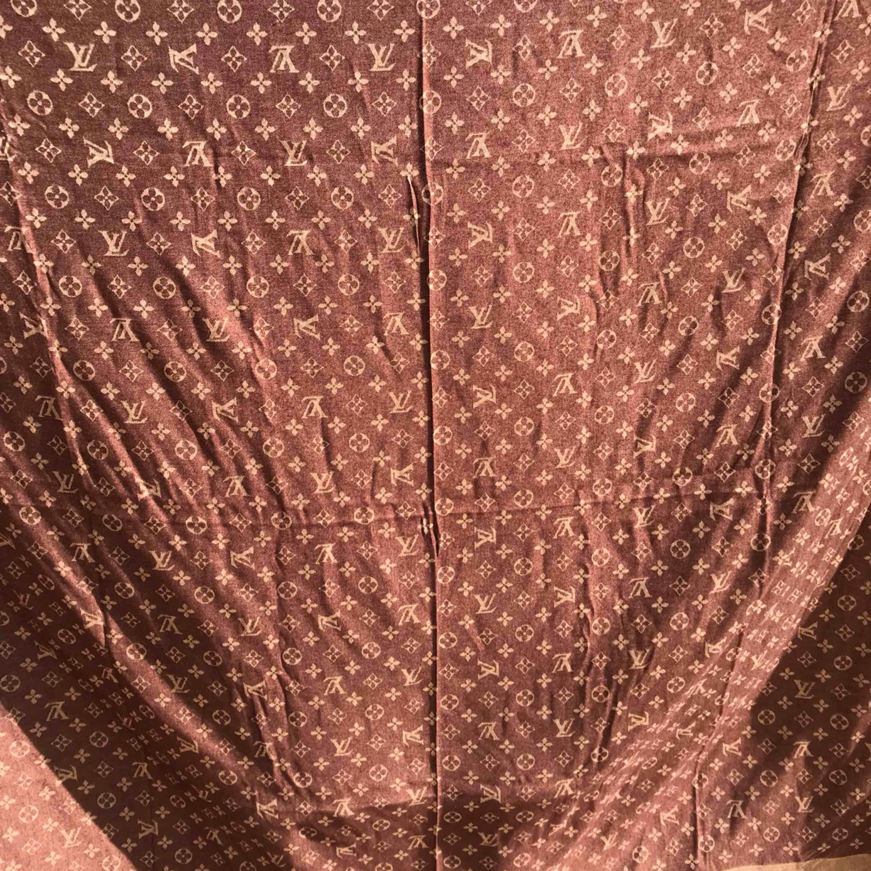 Chale monogram shine scarf Louis Vuitton köpt i Thailand . Accessoarer.