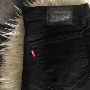 Säljer dessa snygga svarta Levi's jeans! W34 L34 Köpta här på Plick, där säljaren köpt de på second hand. Betalning sker via swish :)
