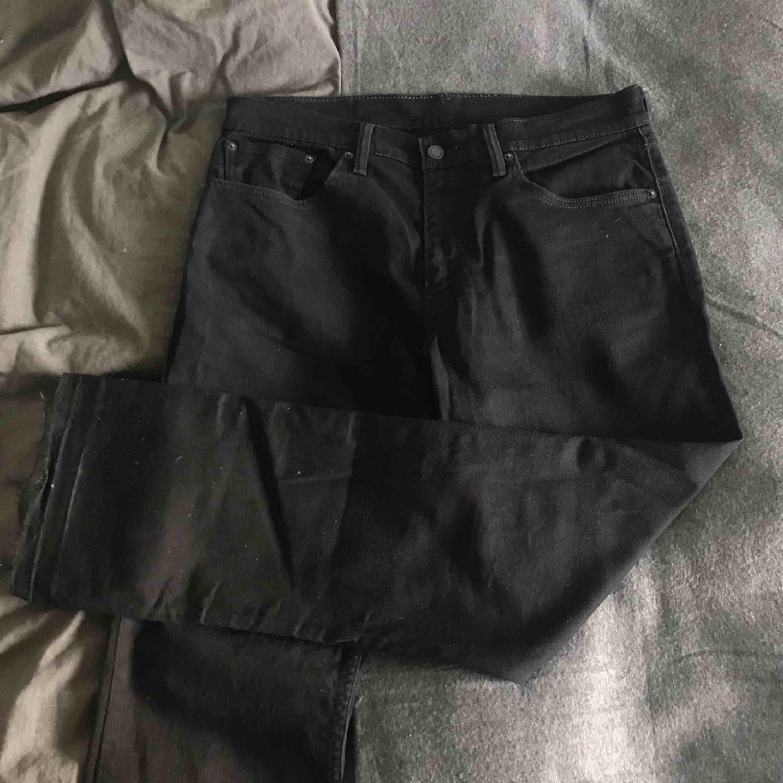 Säljer dessa snygga svarta Levi's jeans! W34 L34 Köpta här på Plick, där säljaren köpt de på second hand. Betalning sker via swish :). Jeans & Byxor.