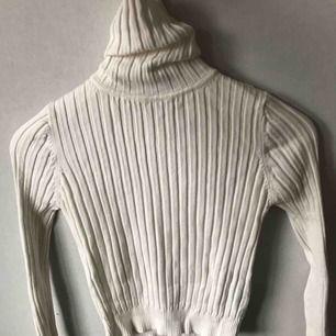 Säljer en ribbstickad polotröja från Zara! Den är aldrig  använd och ganska liten i storleken, så jag skulle säga det är mer en XS. Köparen står för frakten.