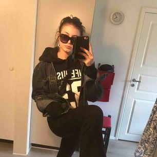 En svart oversized hoodie från New Yorker i storlek S. Endast använd en gång för nåt år sen så den är i nyskick!
