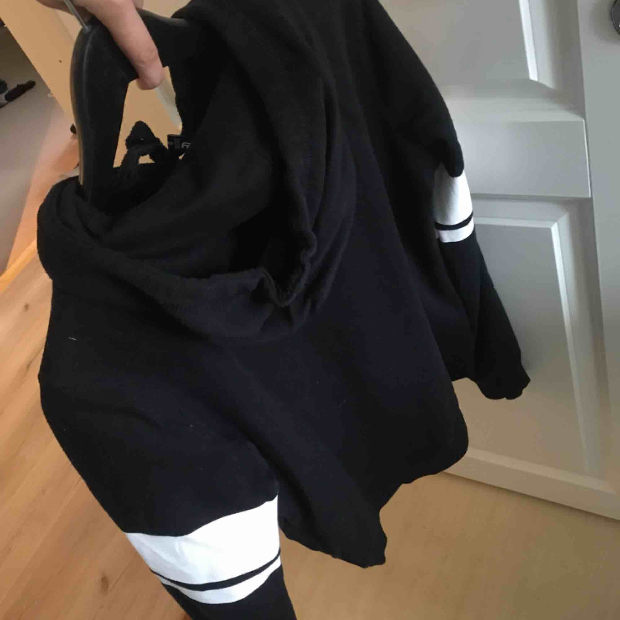 En svart oversized hoodie från New Yorker i storlek S. Endast använd en gång för nåt år sen så den är i nyskick!. Huvtröjor & Träningströjor.