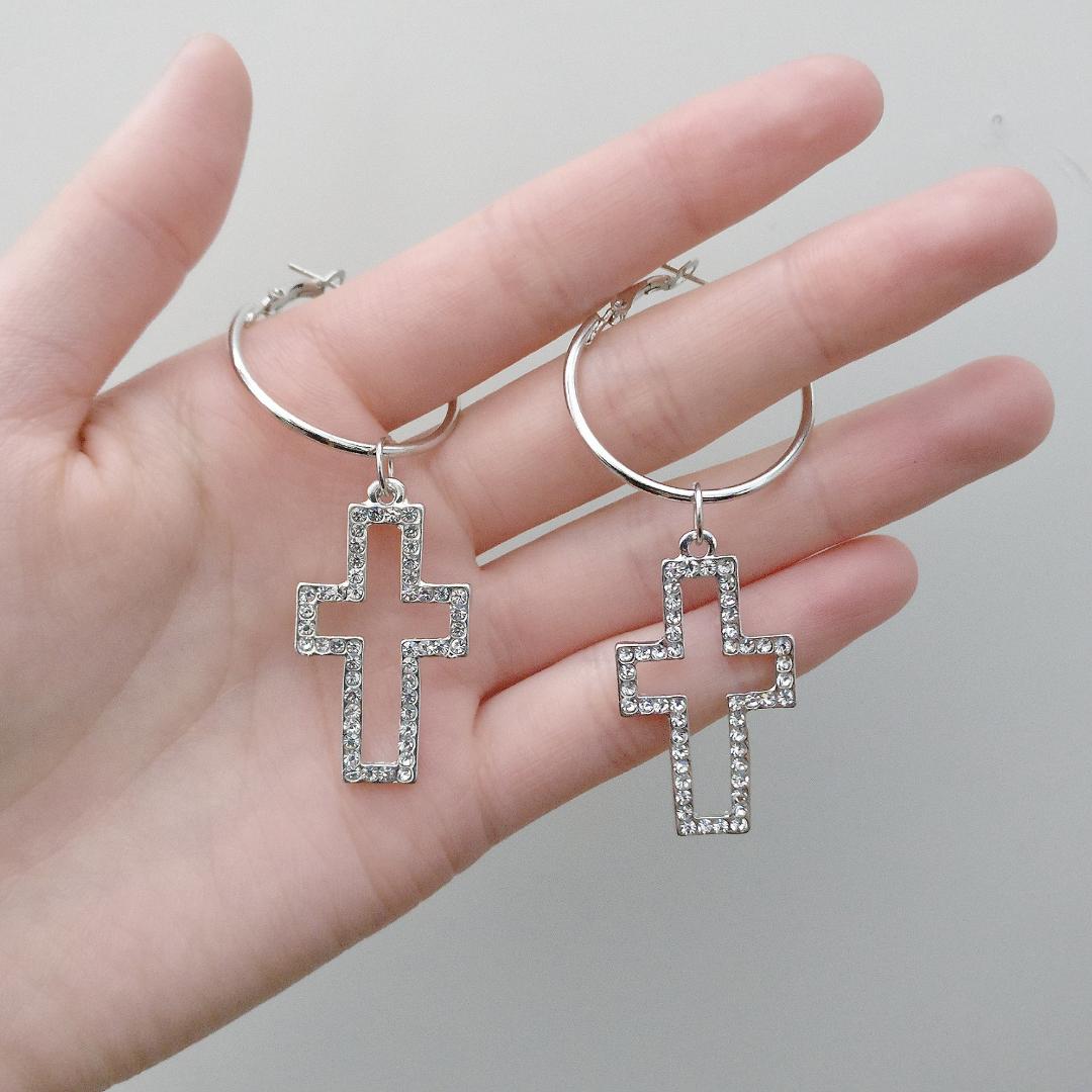 Superfina örhängen med glittrande kors! ✨💖  Aldrig använda!! Fri frakt 💌. Accessoarer.