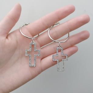 Superfina örhängen med glittrande kors! ✨💖  Aldrig använda!! Fri frakt 💌