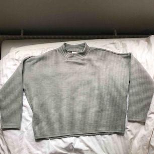 En nästan oanvänd ljusgrå tröja från monki
