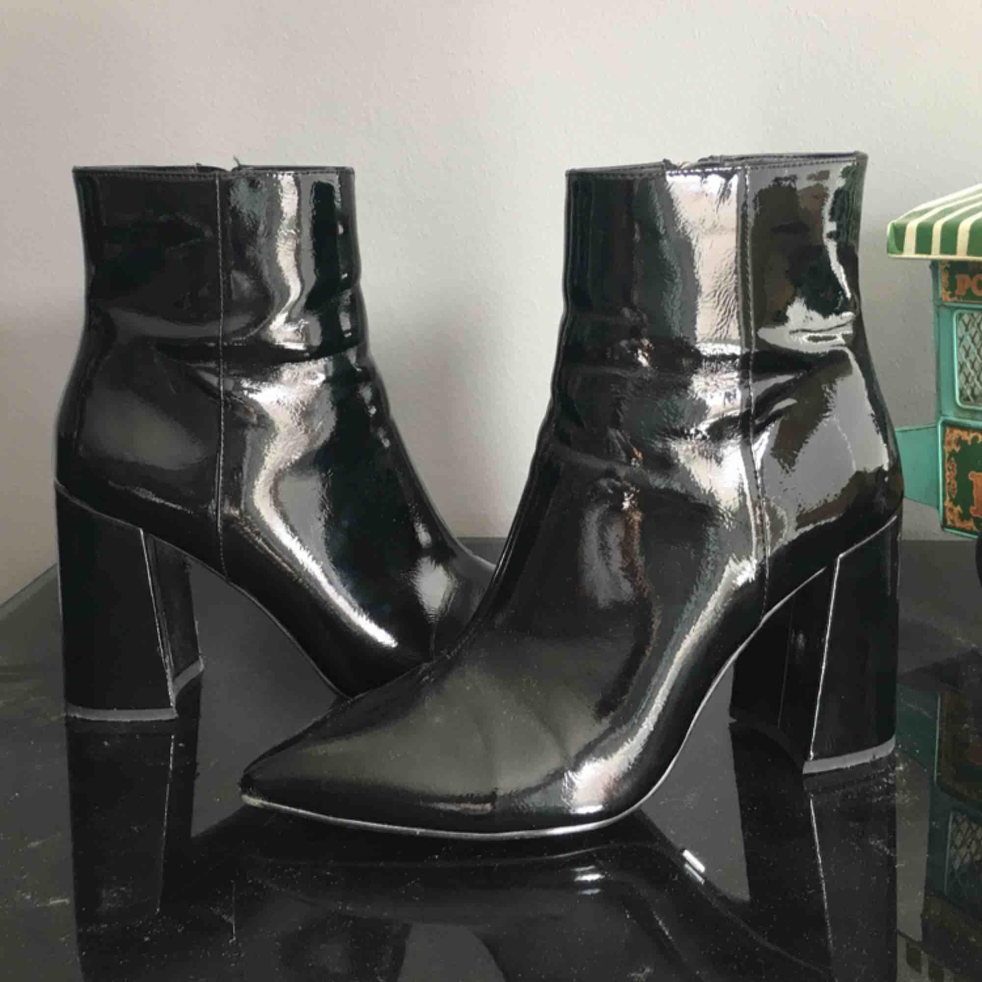 Slutsålda Lackboots från Ivyrevel! Snyggaste skorna jag har men de kommer aldrig till användning pga fel stil.. sköna att gå i! använda fåtal gånger. 449 kr inklusive frakt. Nypris ligger runt 950 :- . Skor.