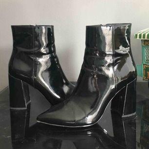 Slutsålda Lackboots från Ivyrevel! Snyggaste skorna jag har men de kommer aldrig till användning pga fel stil.. sköna att gå i! använda fåtal gånger. 449 kr inklusive frakt. Nypris ligger runt 950 :-
